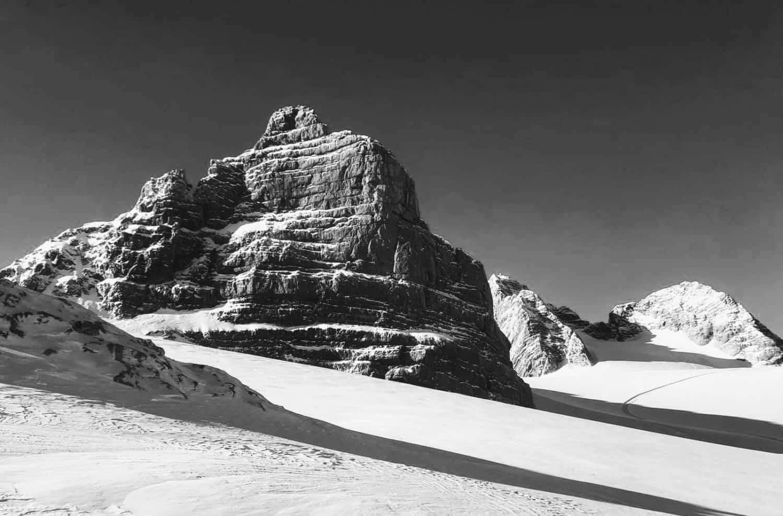 Skitourenberge am Dachstein in schwarz weiß